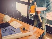 Концепция архитектора, архитекторы работая с светокопиями в  Стоковые Изображения RF