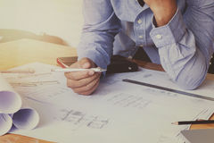 Концепция архитектора, архитекторы работая с светокопиями в  Стоковая Фотография RF