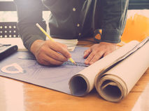 Концепция архитектора, архитекторы работая с светокопиями в  Стоковая Фотография