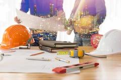Концепция архитектора, архитекторы работая с светокопиями в  Стоковое Фото