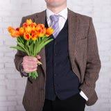 Концепция датировка - близкая вверх цветков в мужских руках стоковое изображение rf