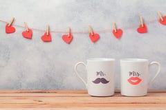 Концепция датировка дня валентинок романтичная с парами чашек стоковые фото