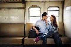 Концепция датировка перемещения поезда любовника пар стоковое изображение