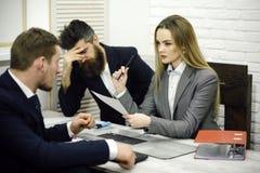 Концепция атмосферы офиса Деловые переговоры, обсуждают рабочееа задание Коллеги на встрече, офис дела Стоковые Фотографии RF