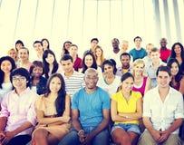 Концепция аудитории толпы людей группы вскользь пестротканая сидя Стоковые Изображения RF