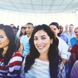 Концепция аудитории толпы людей группы вскользь пестротканая сидя Стоковое фото RF