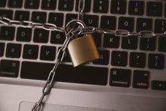 Концепция безопасности кибер, запертая цепь на ноутбуке стоковая фотография rf