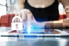 Концепция безопасностью защиты данных и кибер на виртуальном экране иллюстрация штока