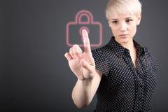 Концепция безопасностью - знак бизнес-леди и padlock Стоковое Изображение RF