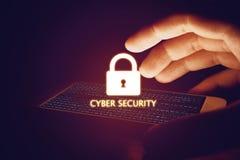 Концепция безопасностью кибер, smartphone предохранения от человека руки с замком Стоковые Изображения
