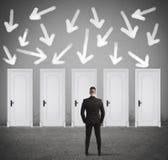 Концепция бизнесмена выбирая правую дверь стоковое фото