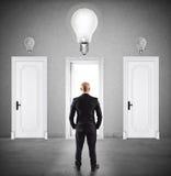 Концепция бизнесмена выбирая правую дверь иллюстрация вектора