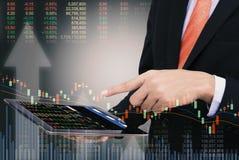 концепция бизнесмена торгуя используя таблетку с финансовым gra Стоковое Изображение