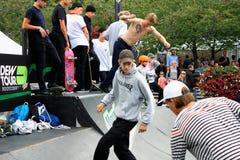 Концепция битника образа жизни скачки мальчиков Skateboarding Стоковое Фото