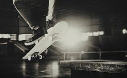 Концепция битника образа жизни скачки Skateboarding мальчика Стоковое фото RF