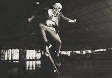 Концепция битника образа жизни скачки Skateboarding мальчика Стоковое Изображение