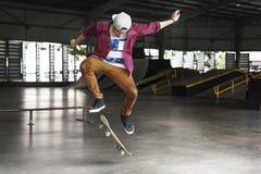 Концепция битника образа жизни скачки Skateboarding мальчика Стоковые Фотографии RF