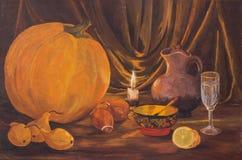 Концепция благодарения осени темная с тыквами, грушей, луками, лимоном, шаром, бокалом, кувшином и горящими свечами на таблице иллюстрация вектора