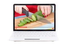 Концепция блога еды видео- - женские руки режа огурец на lapto Стоковое Изображение RF