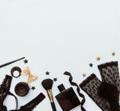 Концепция блоггера и моды Комплект блестящих стильных аксессуаров и женское бельё женщины на белой предпосылке Стоковое фото RF