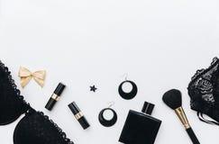 Концепция блоггера и моды Комплект блестящих стильных аксессуаров и женское бельё женщины на белой предпосылке Стоковая Фотография