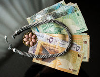 Концепция богатства с ювелирными изделиями и банкнотами Стоковые Изображения