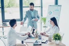 Концепция бредовой мысли Группа в составе 3 делового партнера обсуждает Стоковые Изображения RF