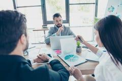 Концепция бредовой мысли Группа в составе 3 делового партнера обсуждает Стоковые Фото