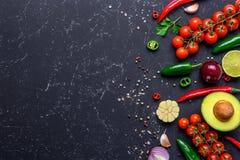 Концепция варить здоровую еду vegan Выбранные овощи, плоды, специи, травы для делать различные соусы на черной каменной таблице стоковое фото rf