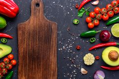 Концепция варить здоровую еду vegan Разделочная доска, выбранные овощи, плоды, специи, травы для делать различные соусы на a стоковые изображения rf