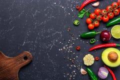 Концепция варить здоровую еду vegan Разделочная доска, выбранные овощи, плоды, специи, травы для делать различные соусы на a стоковые фотографии rf