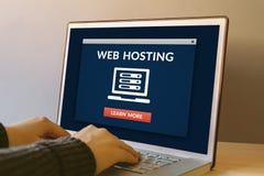 Концепция веб - хостинга на экране портативного компьютера на деревянном столе стоковые фото