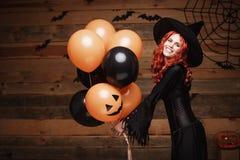 Концепция ведьмы хеллоуина - красивая кавказская женщина в ведьме костюмирует праздновать хеллоуин представляя с представлять с а стоковые фотографии rf