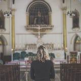 Концепция вероисповедания церков женщины стоящая стоковые фотографии rf