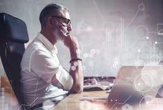 Концепция взрослого бородатого бизнесмена делающ большие деловые решения в современном рабочем месте Значок экрана глобальный вир Стоковое Изображение