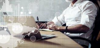 Концепция взрослого бородатого бизнесмена ища решения большие дела в современном рабочем месте Значок экрана глобальный виртуальн Стоковое Фото