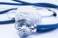 Концепция визуализирования или диагноза воображения и обработка заболеваний мозга используя модель и стетоскоп мозга, который как Стоковые Изображения RF