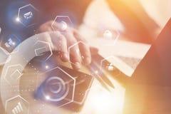 Концепция виртуального экрана, значка соединений и цифровых интерфейсов Взгляд крупного плана бизнесмена работая на офисе дальше Стоковые Изображения