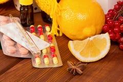 Концепция витамина - близкая вверх лимона и пилюлек Стоковое фото RF