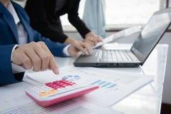 Концепция вклада стратегии бизнеса: 2 коллеги бизнесмена уверенно исполнительных встречая и обсуждая на офисе Дело p Стоковая Фотография RF