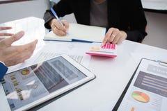 Концепция вклада стратегии бизнеса: 2 коллеги бизнесмена уверенно исполнительных встречая и обсуждая на офисе Стоковые Изображения RF