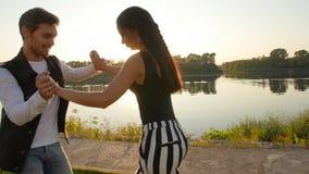 Концепция влюбленности и отношения соединяют bachata танцев на заходе солнца сток-видео