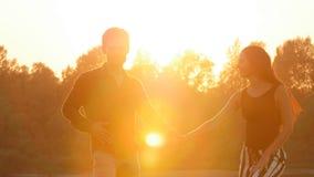 Концепция влюбленности и отношения соединяют bachata танцев на заходе солнца видеоматериал