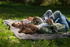 Концепция влюбленности, отношения, семьи и людей - усмехаясь пары лежа в осени паркуют стоковое фото