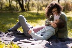 Концепция влюбленности, отношения, семьи и людей - усмехаясь пары лежа в осени паркуют стоковые изображения rf