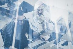 Концепция двойной экспозиции Команда бизнесменов делая большое обсуждение работы в студии Работа 2 бородатая сотрудников стоковая фотография