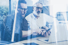 Концепция двойной экспозиции Команда бизнесменов делая большое обсуждение работы в студии Молодой бородатый человек показывая чер стоковое изображение