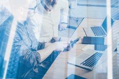 Концепция двойной экспозиции Команда бизнесменов делая большое обсуждение работы в студии Молодой бородатый показ человека стоковая фотография rf