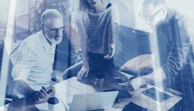 Концепция двойной экспозиции Молодая команда startup проекта делая большое обсуждение в современной coworking студии лучей стоковые фото