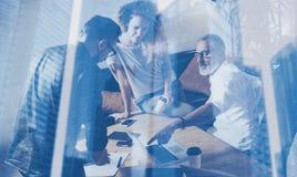 Концепция двойной экспозиции Объединяйтесь в команду сотрудники делая большое обсуждение работы в современном офисе Бизнесмены ра стоковое фото